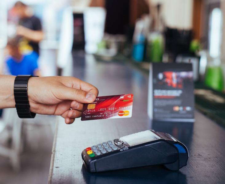 Numărul de magazine care acceptă plata cu cardul a crescut accelerat după apariția legii cash-back