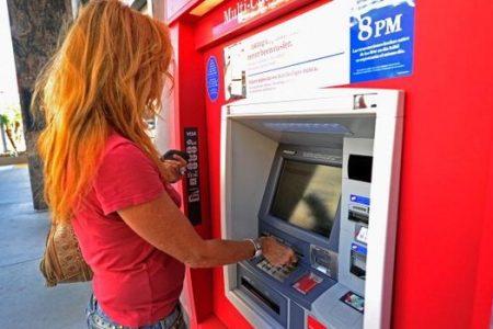Este oficial: bancile vor fi obligate sa afiseze comisioanele cardurilor la ATM -uri. Raspunsul bancherilor: Incercam sa deslusim cum ar trebui interpretat Ordinul ANPC