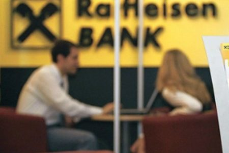 Raiffeisen Bank contracareaza intentia clientilor cu credite in franci de a bloca agentiile bancii: instituie un ghiseu special si limiteaza numarul de operatiuni