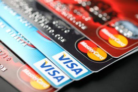 Plafonarea comisioanelor bancare a fost deja testata. Concluzia? Consumatorii au platit taxe mai mari la administrarea cardurilor