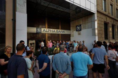 """Grecii sunt in razboi pentru cash. Firmele nou infiintate, inclusiv profesiile liberale, functionarii publici si pensionarii vor fi supusi unor noi controale de capital. Grecia incepe operatiunea """"EU platesc cu cardul"""""""