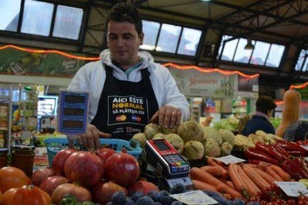 Drumul spre normalitate: Romanii pot plati cu cardul la o taraba de fructe si legume din Piata Hala Traian. POS-ul a fost instalat cu sprijinul MasterCard.