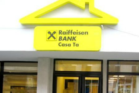 """Raiffeisen Bank reacționează la darea în plată: """"Anticipăm că legea va da naștere la dispute juridice"""". Banca a elaborat un ghid de întrebări și răspunsuri despre aplicarea actului normativ."""