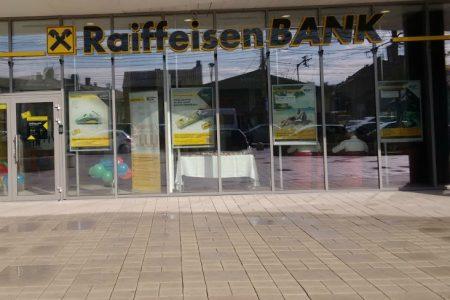 """Raiffeisen Bank a inaugurat prima agenție «self service» la Cluj. Oana-Delia Radu: """"Invităm clienții noștri să descopere alt mod de a face banking la Raiffeisen Bank!"""""""