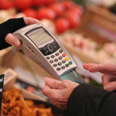 Cum plătiți cu cardul în magazine. Opt recomandări pentru tranzacții fără emoții!