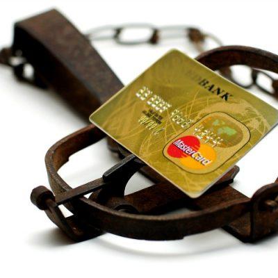 """Românii chiar sunt """"duși cu cardul"""", iar băncile le țin isonul! În 2016 au fost emise peste 345.000 de carduri de credit, dublu față de 2015. Românii dețin mai multe carduri de credit decât în perioada de boom!"""