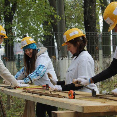 Teambuilding pe șantier: voluntari Raiffeisen Bank au lucrat la construcția unui centru comunitar în Buftea