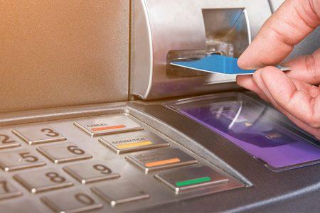 ANALIZĂ SELF BANKING. Bancomatele multifuncționale simplifică activitatea agențiilor bancare și constituie un pas intermediar către bankingul online