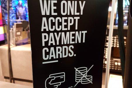 De ce dispare cash-ul în Suedia? Guvernatorul băncii centrale ia în considerare obligarea băncilor de a oferi numerar clienţilor