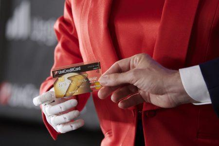 Robotul umanoid Sophia primește de la UniCredit primul său card de credit