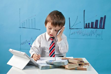 Studiu: importanța unei bune planificări a cheltuielilor se învață în familie. Părinții români alocă 41% din cheltuieli pentru haine și doar 20% pentru investiții în educație