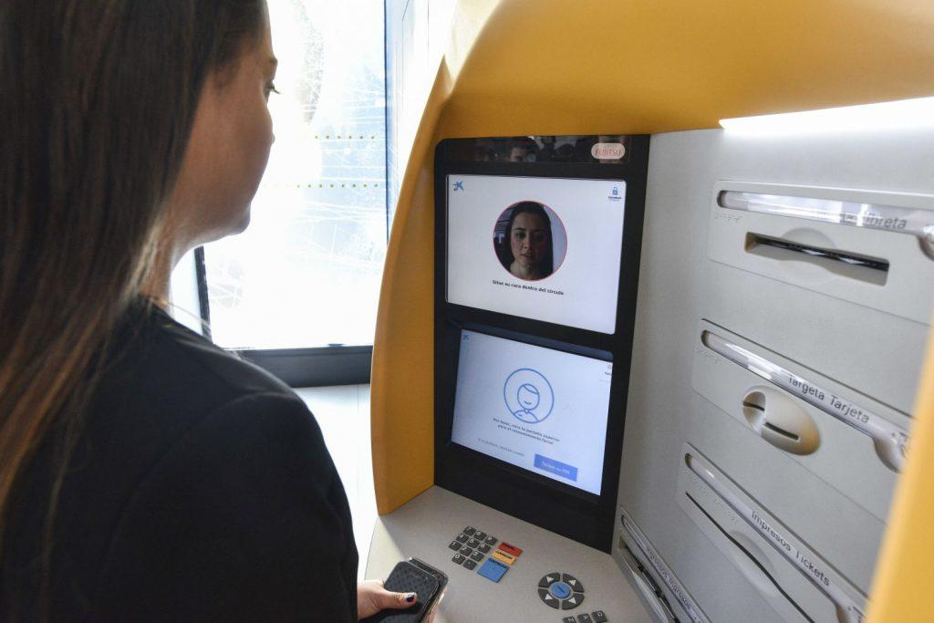 Premieră în banking: Clienții CaixaBank pot retrage bani de la ATM prin recunoaștere facială