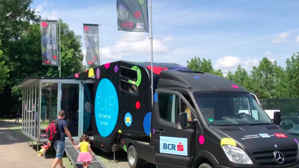 Școala de Bani pe Roți – FLIP pornește într-un nou turneu prin 11 orașe pentru a educa financiar copiii din România