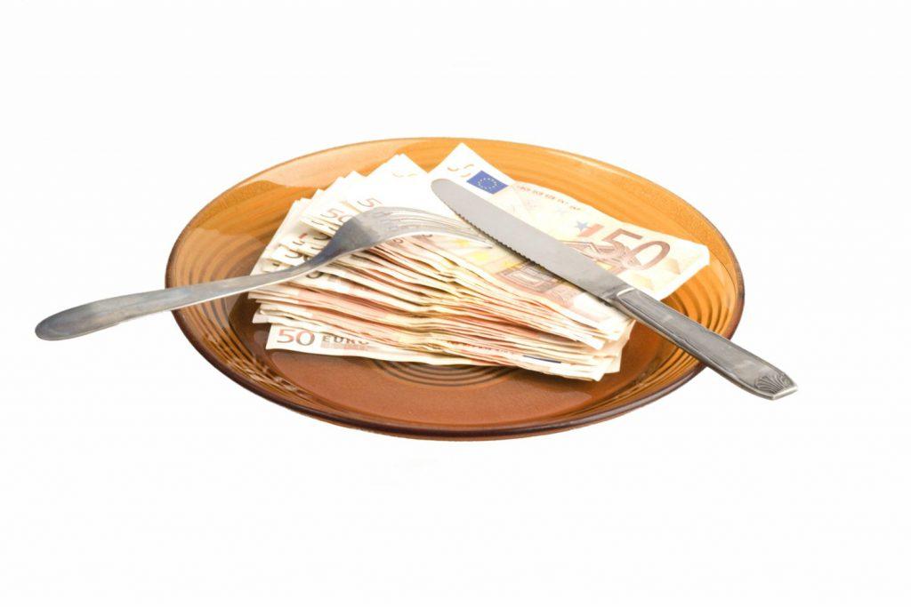 Comisia Europeană: sistemul bancar va avea de suferit din cauza 'taxei pe lăcomie', care va afecta semnificativ solvabilitatea băncilor şi va înrăutăţi situaţia celor mai slabe