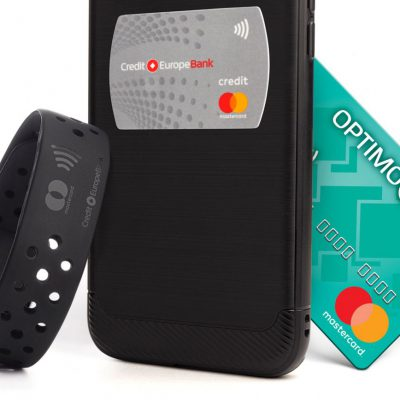 Stickerul și Brățara contactless – noile gadgeturi emise de Credit Europe Bank