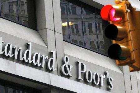 Agenţia S&P a păstrat perspectiva stabilă de rating a României, convinsă fiind că Guvernul va lua măsuri pentru anularea politicilor actuale, inclusiv modificarea taxei pe activele bancare