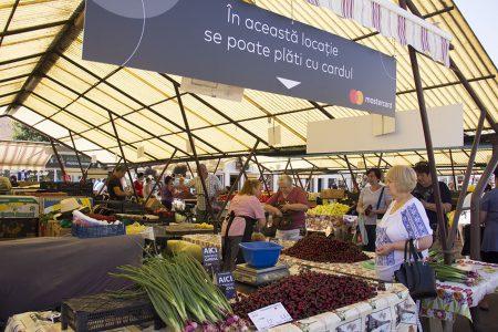 Banca din piață: Comercianţii din din Galaţi şi Iaşi au la dispoziţie POS-uri la care clienţii pot achita legumele si fructele cu cardul