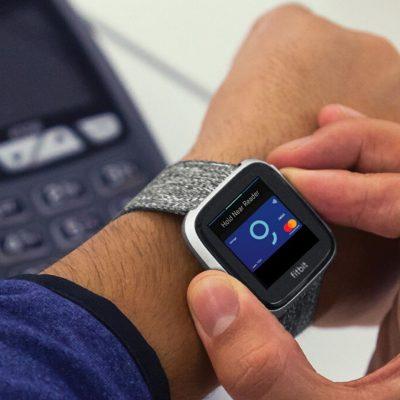 VIDEO. George salută plățile inteligente cu ceasurile smart Fitbit și Garmin. BCR promite și plata călătoriilor cu metroul, în stațiile semnalizate