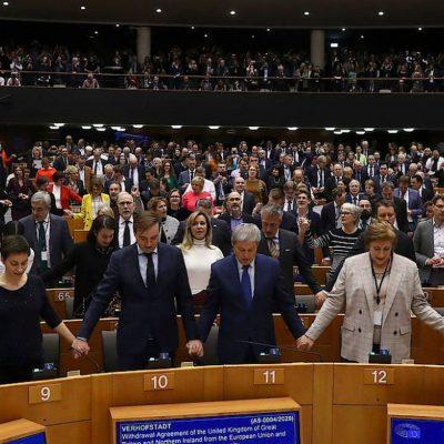 Brexit cu cântec în Parlamentul European. Marea Britanie va ieși din UE vineri la ora 23:00 când va lansa o nouă monedă de 50 pence