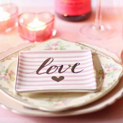 """Românii sunt tot mai """"iubăreți"""": cheltuielile pentru Ziua Îndrăgostiților au crescut cu 66%, în 2019. Dragostea trece prin stomac cu mese romantice la restaurant"""