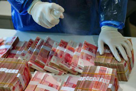 Coronavirusul bagă în carantină și banii. Virusul s-ar putea transmite și prin bancnote. Organizația Mondială a Sănătății recomandă plățile contactless