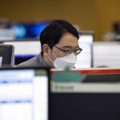 Banca Centrală Europeană solicită băncilor planuri de funcționare în cazul unei pandemii. Unele bănci au luat deja măsuri pentru protecția angajaților în fața coronavirusului. Mai mulți bancheri au fost deja testați pozitiv
