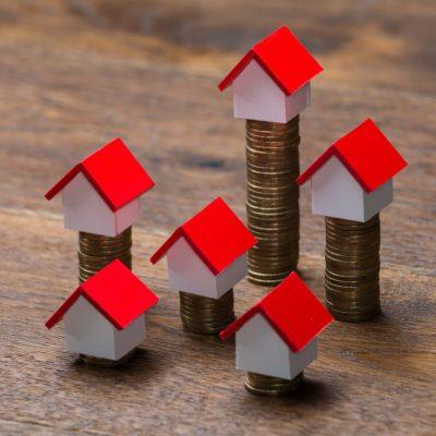 Creditul Prima Casă rămâne cel mai ieftin împrumut pentru locuință. Un credit ipotecar standard poate fi și cu 15.000 de euro mai scump. BCR a redus cel mai mult diferențele de costuri