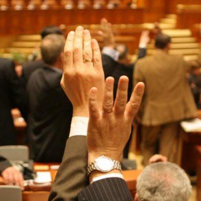 Parlamentul a votat noua variantă legislativă pentru amânarea ratelor la bănci. Persoanele fizice cu restanțe pot cere păsuirea, până la final de an. Dobânda nu se capitalizează, indiferent de credit