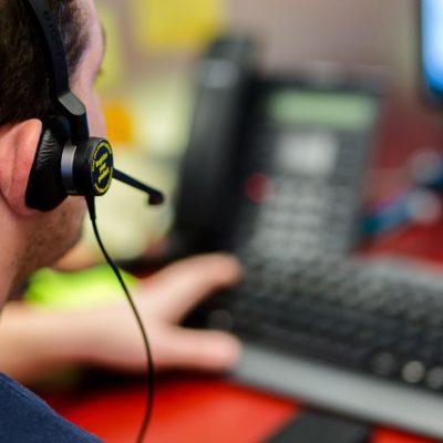 Banca Transilvania afișează live pe site-ul propriu timpul de asteptare la call center. Banca primește în medie 20.000 de apeluri telefonice pe zi, dublu față de perioada anterioară pandemiei