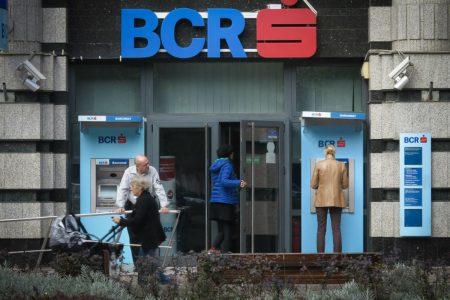 BCR oprește sistemul de carduri, în noaptea de vineri spre sâmbătă, pentru lucrări de îmbunătățire a performanțelor