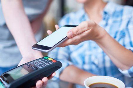 Tu știi care sunt cele 10 bănci partenere Apple Pay în România? Clienții au acces la Apple Pay și prin intermediul a 8 fintech-uri. Vezi lista completă aici!