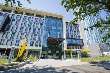 Raiffeisen Bank încheie primul semestru din acest an cu un profit net de 280 milioane de lei. Banca a suspendat ratele pentru 27.000 de clienți persoane fizice. Vezi câte cereri a aprobat prin IMM Invest