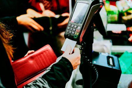 Studiu ING: Patru din zece români s-ar simți confortabil să își lase cardurile acasă și să plătească cu telefonul mobil sau ceasul