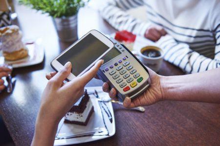 Consumatorii europeni preferă plățile fără numerar, dar rămân reticenți să își dea datele personale. Băncile rămân în topul încrederii