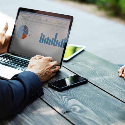INFOGRAFIC. Studiu: 82% din manageri consideră că economia este încă afectată de pandemie. Revenirea va fi mai lungă, iar criza ia forma unui U obtuz