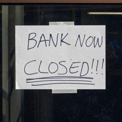 Accelerarea digitalizării subțiază rețelele băncilor. BCR, BRD și Raiffeisen Bank au închis în pandemie aproape 100 de agenții. Celelalte unități bancare îmbrățișează noi concepte, iar tranzacțiile cu numerar devin istorie