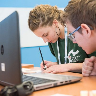 ARB: 1.630 de elevi au participat la finala națională concursului de educație financiară European Money Quiz. Cine va reprezenta România în finala europeană din 20 aprilie