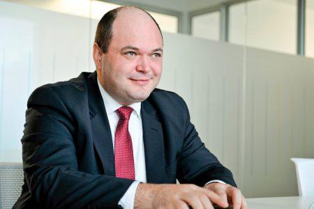 """Peste patru zile apar primele evaluări ale agențiilor de rating. Ionuț Dumitru, Raiffeisen Bank: """"Creșterea economică s-a îmbuntățit față de acum câteva luni de zile, ceea ce ar trebui sa fie o veste bună. Mă aștept să se mențină ratingul investițional cu perspectivă negativă"""". Factorii care duc la retrogradarea sau îmbunătățirea ratingului de țară"""
