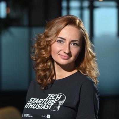 10 startup-uri din tehnologie, cu afaceri de peste 50.000 de euro, au devenit alumni ai Acceleratorului InnovX-BCR, în cadrul grupei Grinders. Ana Maria Crețu: Acum intrăm în perioada de post-accelerare unde vom lucra focusat pe zona de finanțare, comercializare, extinderea echipelor, promovare și internaționalizare