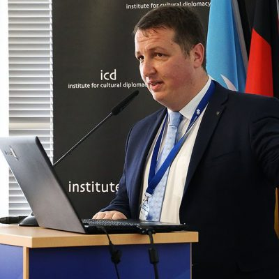 """Banca Transilvania lansează un centru online de research, cu acces liber la analizele macroeconomice, care contribuie la educația financiară a publicului larg. Andrei Rădulescu: """"Prognozăm majorarea creditelor și depozitelor cu ritmuri medii anuale de 7,6%, respectiv 11,7% în intervalul 2021-2023"""""""