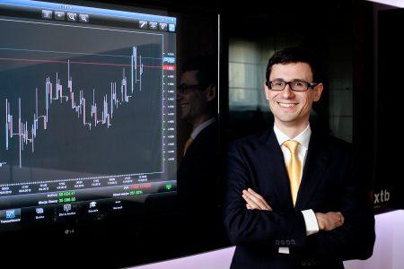 """Evoluția cursului valutar devine îngrijorătoare. Claudiu Cazacu: """"Instabilitatea guvernamentală ar putea pune presiune sporită pe valoarea leului și ar putea ajuta la devansarea momentului de atingere sau chiar depășire a pragului de 5 lei pentru un Euro"""""""